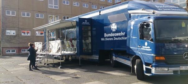 Die deutsche Bundeswehr informiert in ihrem Truck über berufliche Möglichkeiten. | Foto: Felix Spiering